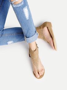 Sandales avec le zip et un trou