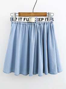 Falda plisada en denim con cinturón con letras