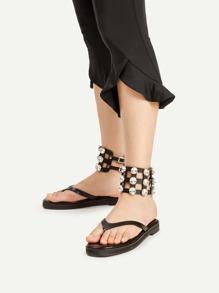 Sandalias planas con abertura con adornos de pedrería