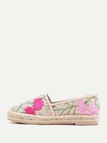 Chaussures de toile brodées des fleurs