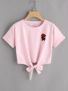 T-Shirt mit Rosestickereien und Knoten vorne