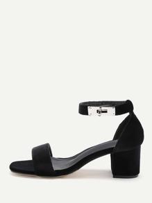 Sandalias de tacón cuadrado en dos partes con adorno de cierre giratorio