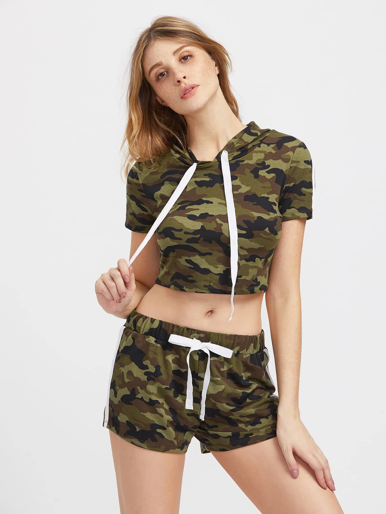 Фото Hooded Crop Camo Tee And Shorts Activewear Set. Купить с доставкой