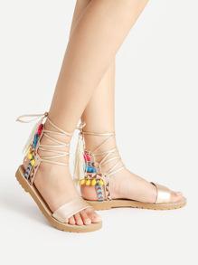 Sandalias con adornos de pompones y borlas