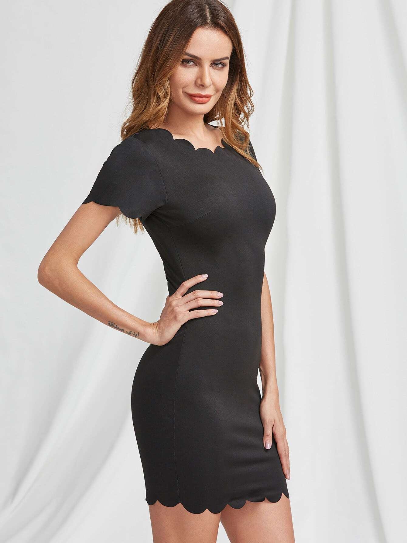 Фото Scallop Edge Detail Formfitting Dress. Купить с доставкой