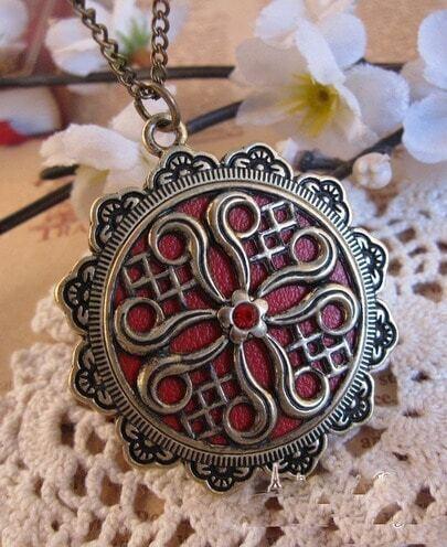 Vintage Pattern Round Pendant Nacklace