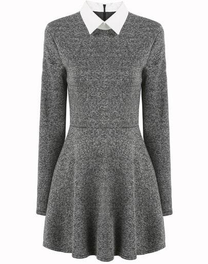 Серое плиссированное платье контрастного воротника