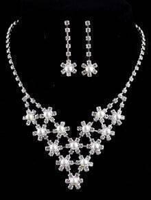 Boucles d'oreille avec collier agrémentés de diamant