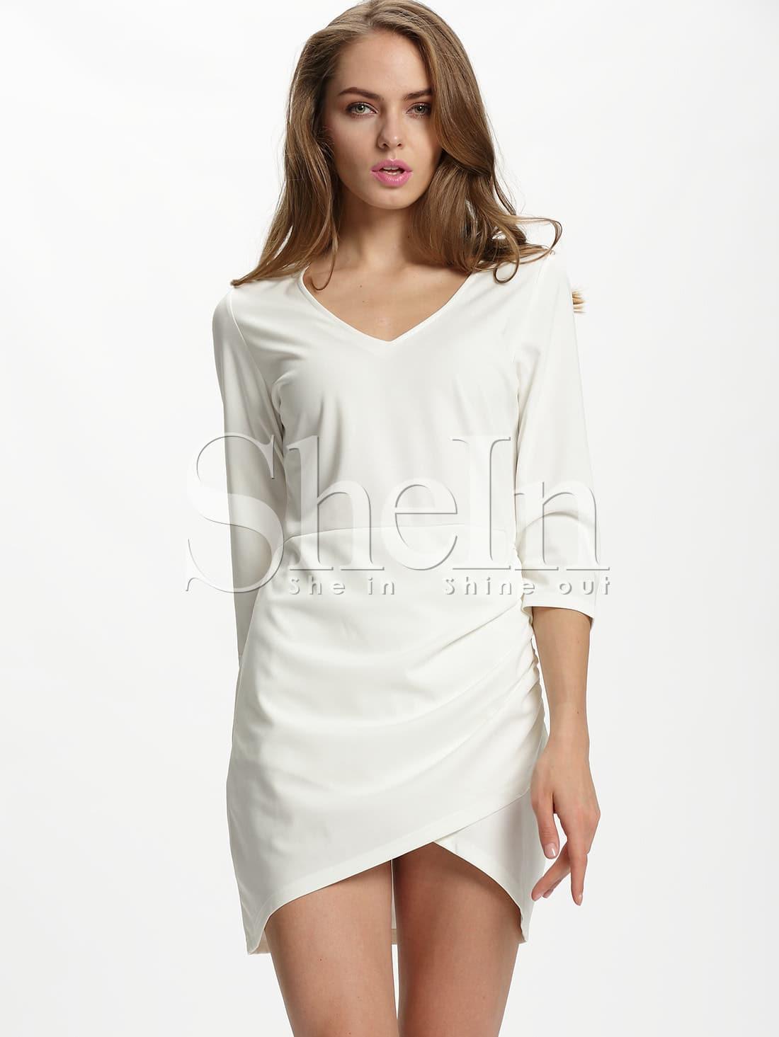 Длинное белое платье с треугольным вырезом
