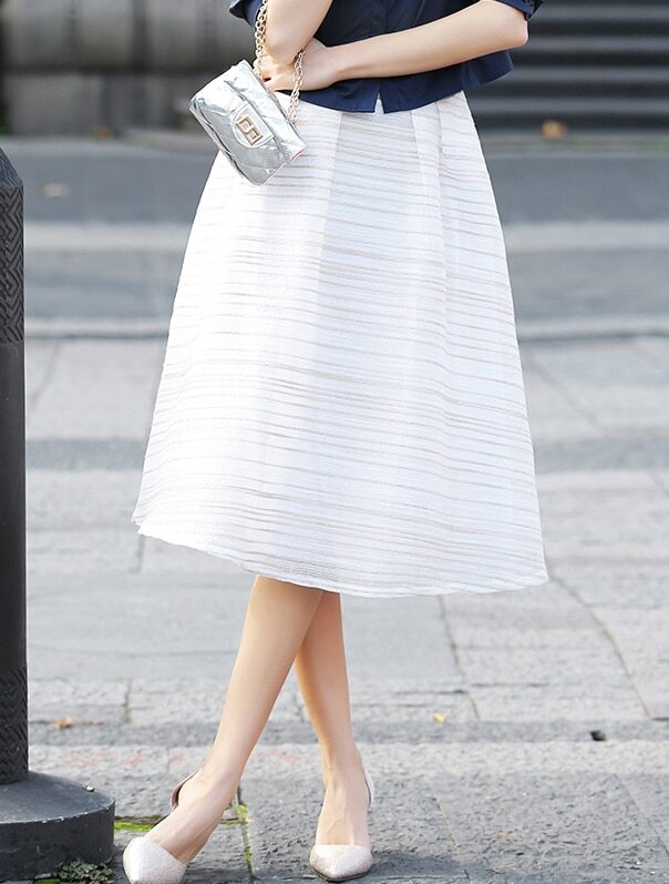 Белая полосатая шифоновая юбка фотографии