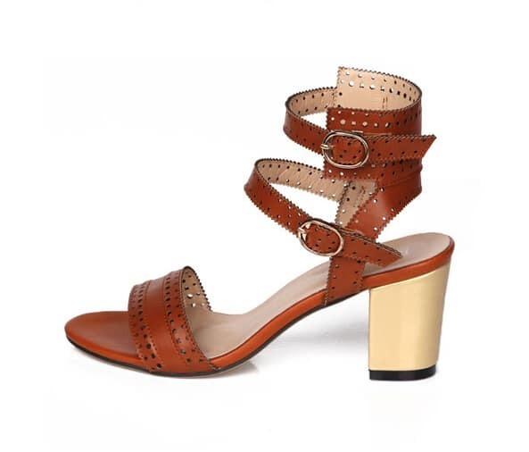 sandalen mit blockabsatz und riemen am fusskn chel braun. Black Bedroom Furniture Sets. Home Design Ideas