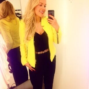 Robe jaune et veste noire
