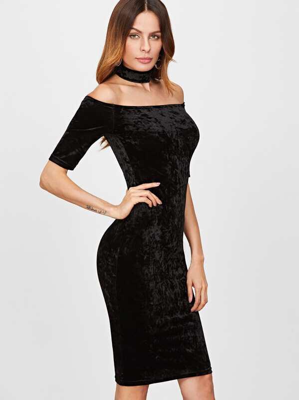 625536bcc Vestido de terciopelo con hombros al aire y gargantilla - negro ...