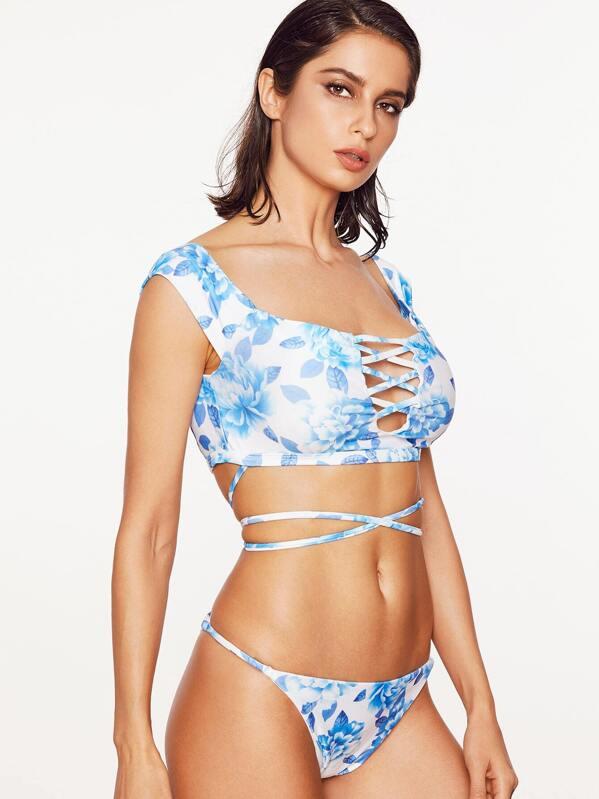 037484cc5ce8 Set bikini con estampado floral cruzado con abertura - azul claro