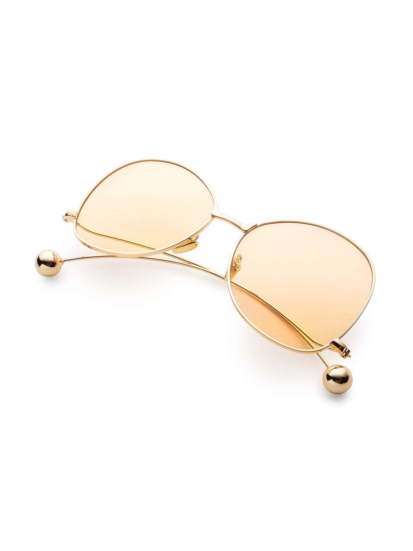 occhiali da sole con telaio curvo di dettaglio della sfera