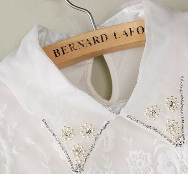 8eb6aa7d17cf3 Blusa encaje solapa perlas sin manga-blanco. AddThis Sharing Buttons